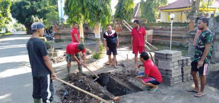 Gotong Royong di depan Pura Desa